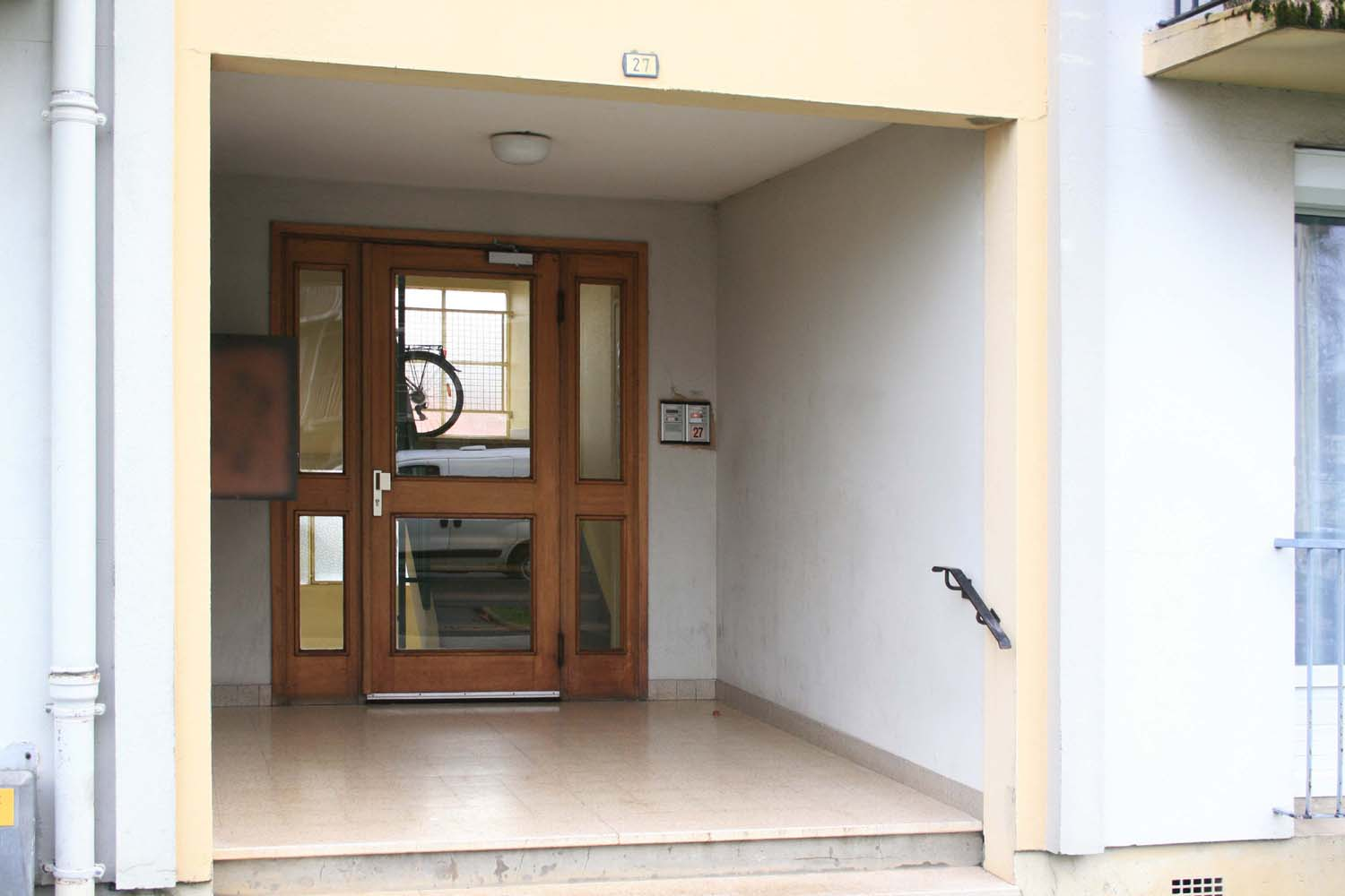 Building entrance with security lock